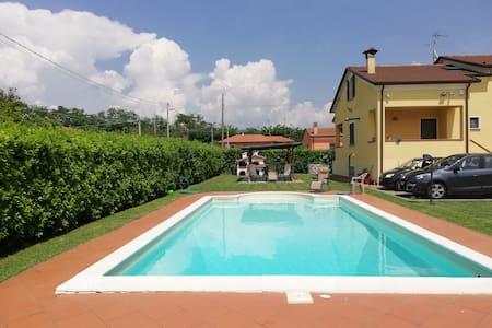 Bilocale con piscina