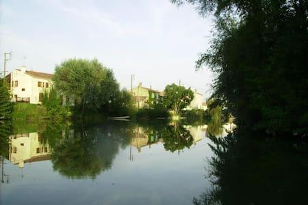 Maison typique de La Venise Verte - Damvix - Дом