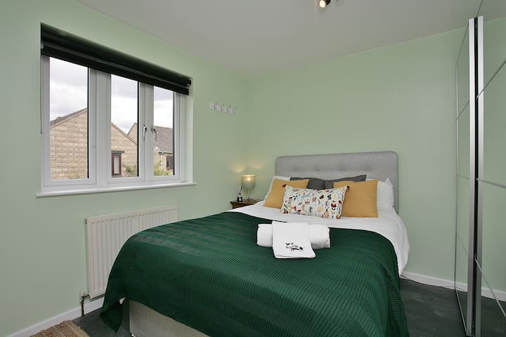 Sunny double bedroom Witney