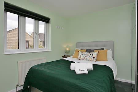 Sunny double bedroom Witney