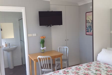 Private modern studio w own ensuite - Gladesville - Casa