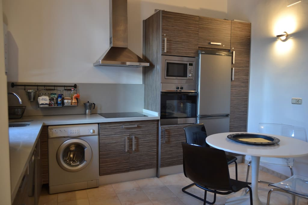 Kitchen with diner area / cuisine avec coin repas