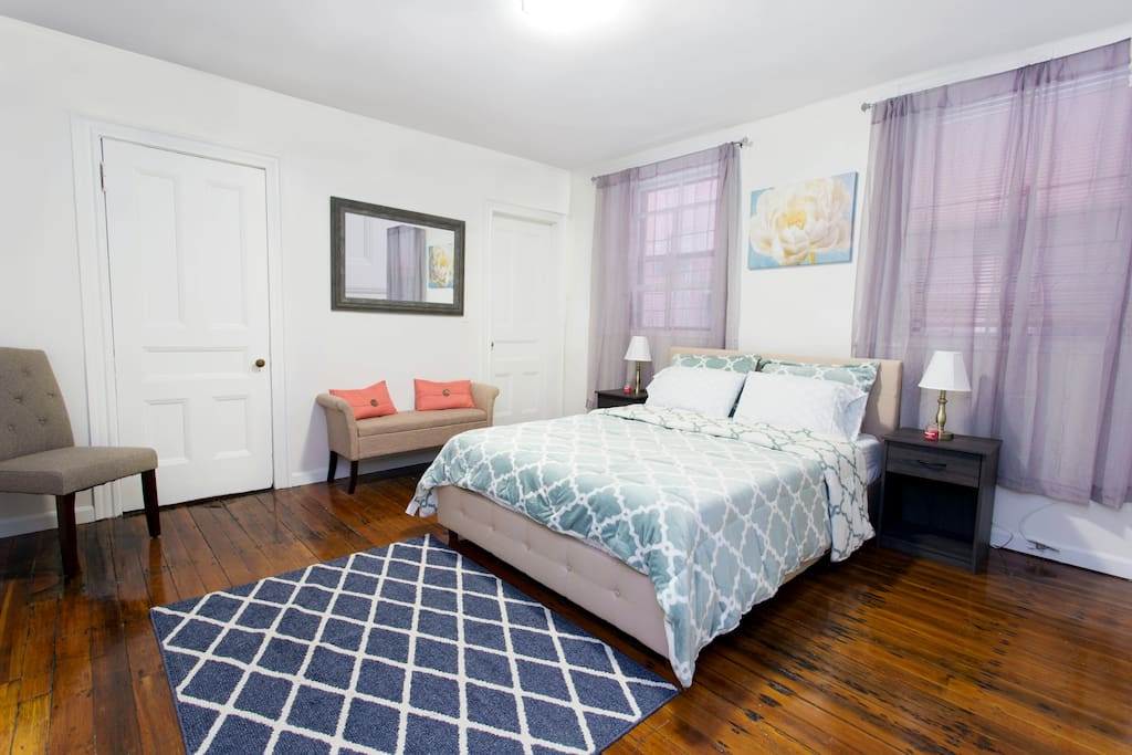 Charming Bright bedroom with Queen Memory Foam Mattres