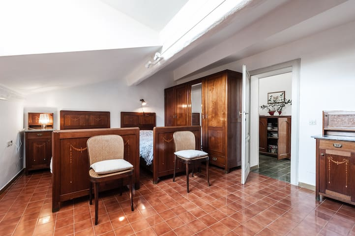 ex hotel de londres 7min wlk from train st attic apartments for rent in pisa toscana italy. Black Bedroom Furniture Sets. Home Design Ideas