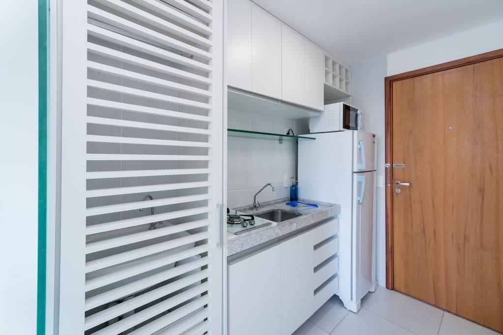 Porta com lindo design separando o lavador da cozinha.