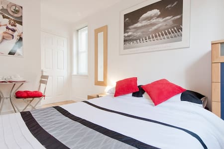 Cool and Contemporary by the Beach - Brighton - Bed & Breakfast