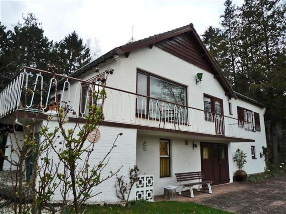 Het appartement bevindt zich op de onderste verdieping en is 1.90 m. hoog (stahoogte).