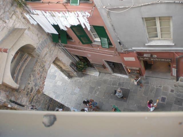vista del carruggio dalla finestra camera