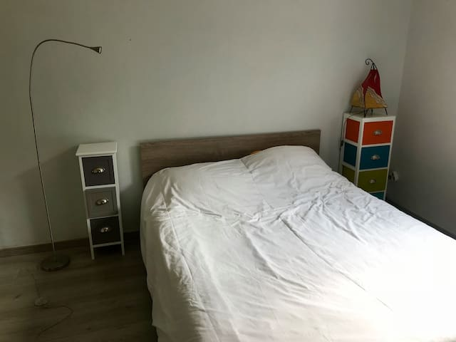 Bienvenue dans la chambre et son vrai grand lit .