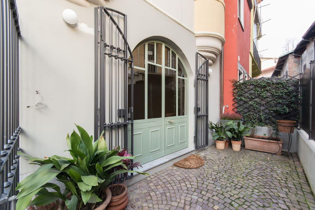 The Art Deco small courtyard and main entrance door