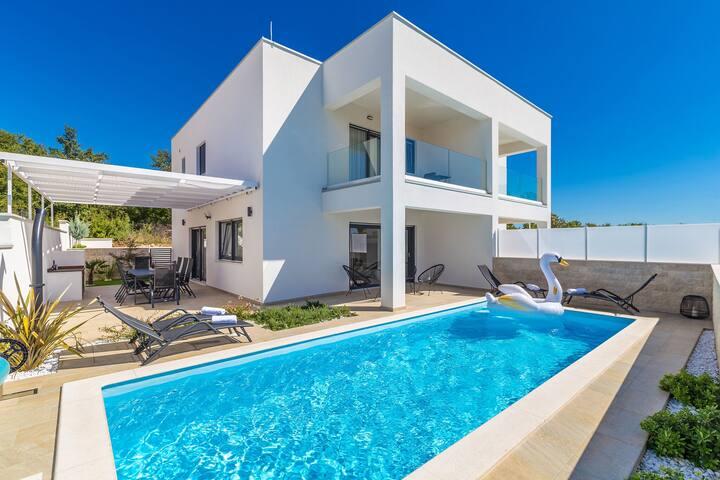 Scenic Villa in Linardići with Private Swimming Pool
