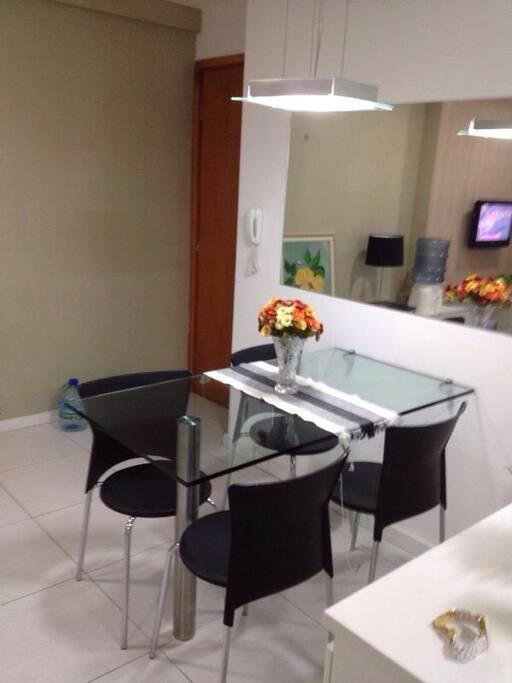 Sala com mesa e quatro cadeiras.