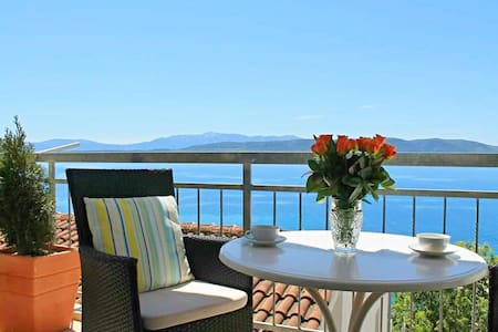 Cute apartment with lovely balcony and sea view
