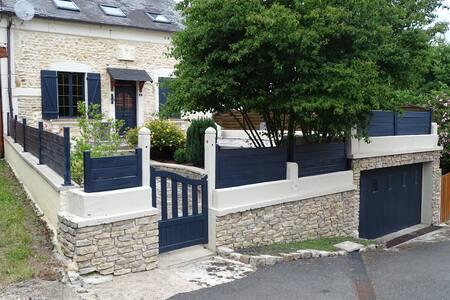 CRUX LA VILLE maison dans charmant village