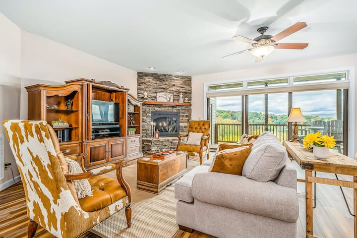 Relaxing condo with sweeping valley views, deck, central AC, and fireplace!