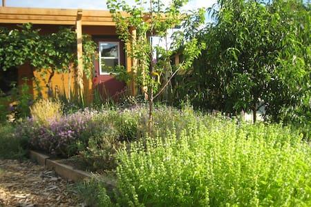Cozy Retreat in Garden Sanctuary + Walk to Plays - Ashland - Hus