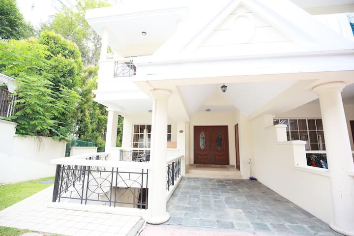 Cosy Bungalow House Mins to MRT - Singapore