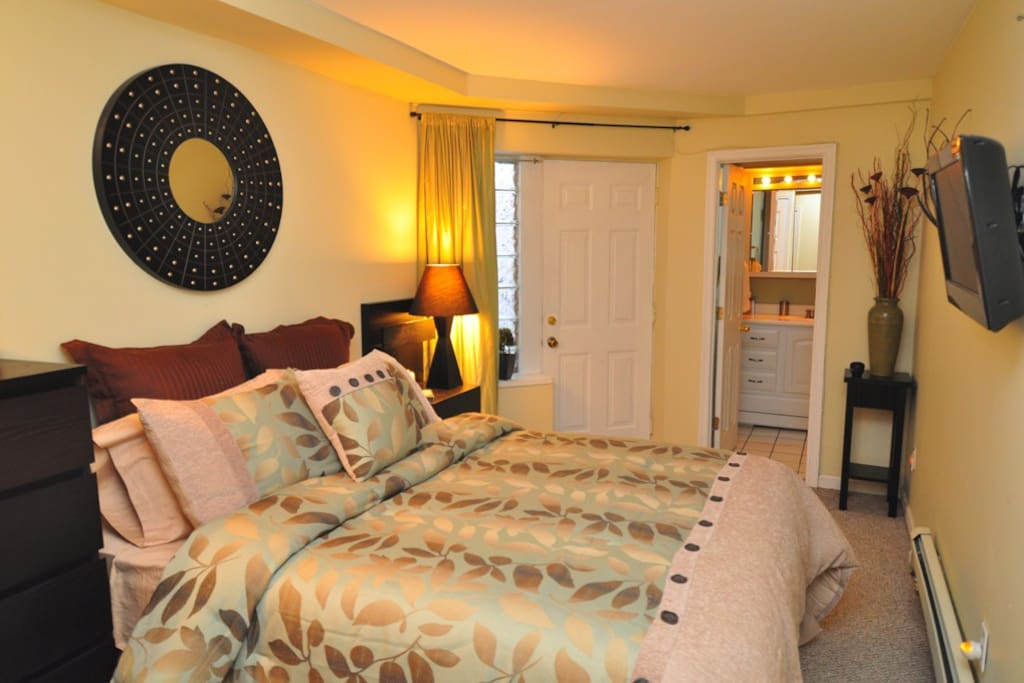 This is the master bedroom with en suite bath with bathtub- VERY lux linens, spa robe, thick towels, flat screen tv too! Access to rear patio.
