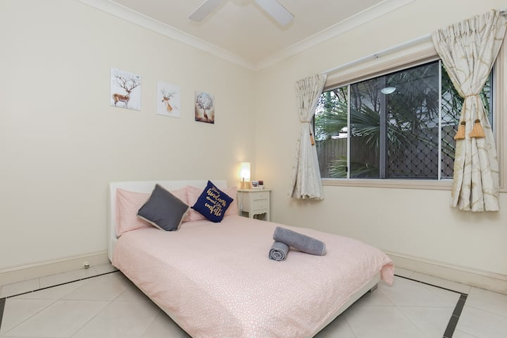 Brisbane city & airport  Cairns Queen Bed Room