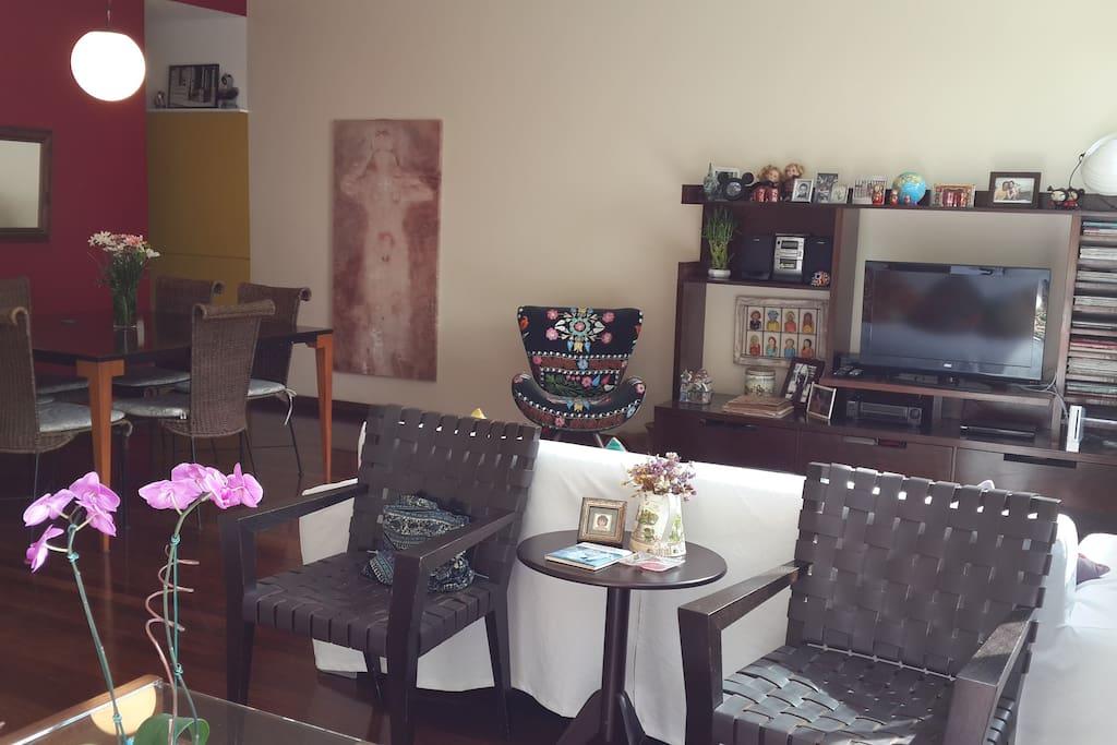 sala de estar com tv e mesa de jantar