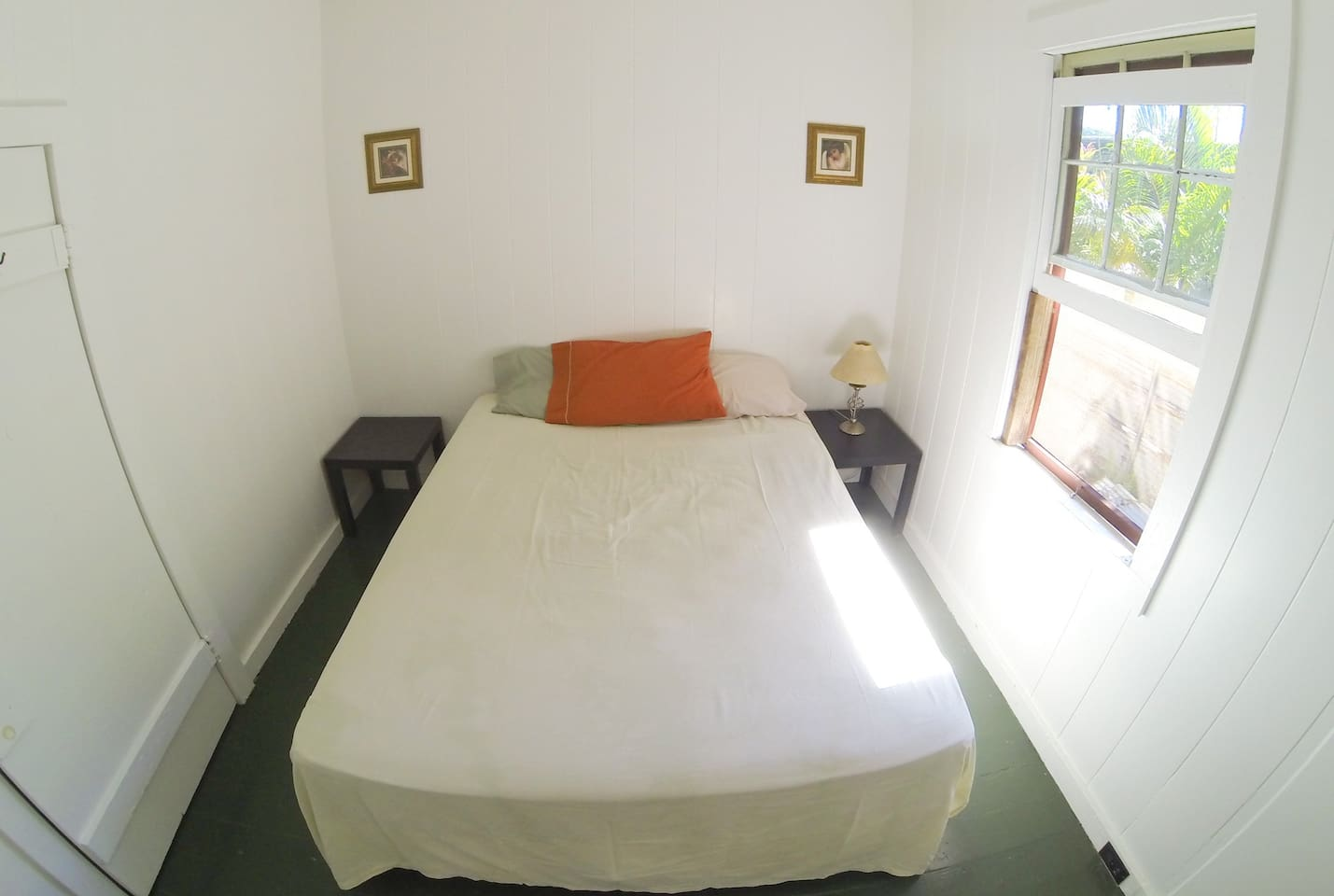 White Room BR3 Queen Bed + Large Closet, Sleeps 3