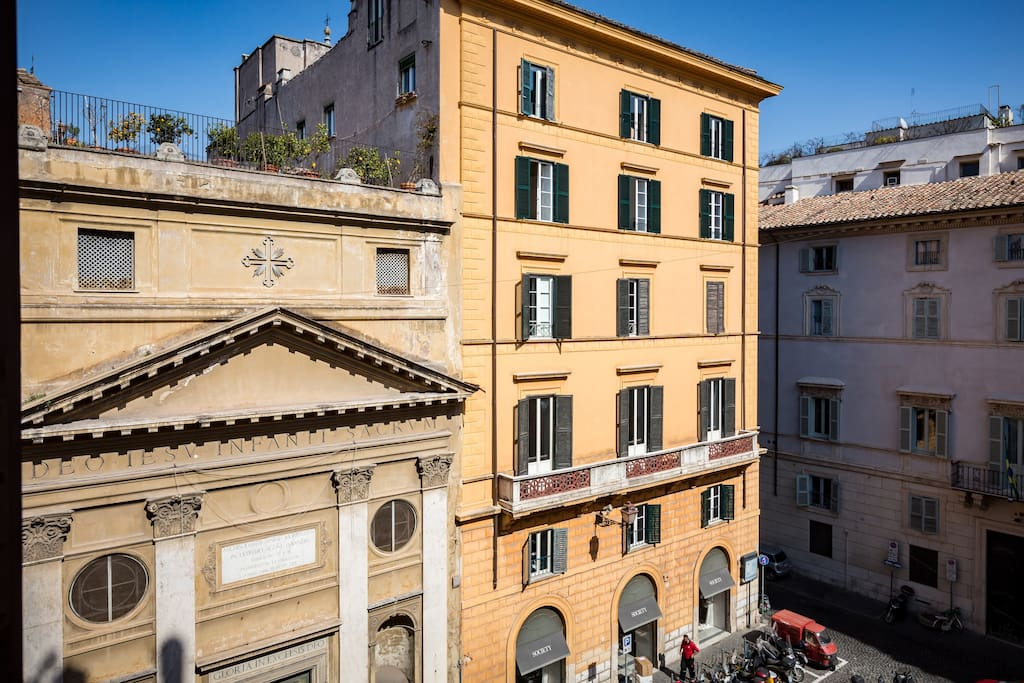 Large and comfortable living room offers views of Piazza di Pasquino.