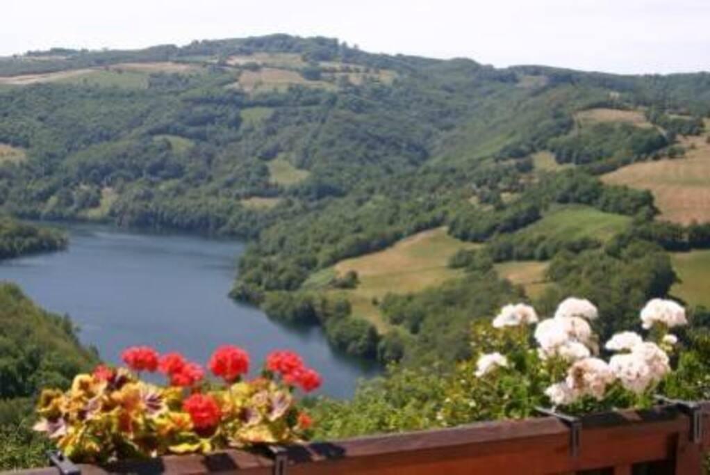 Vue panoramique sur le lac depuis la terrasse