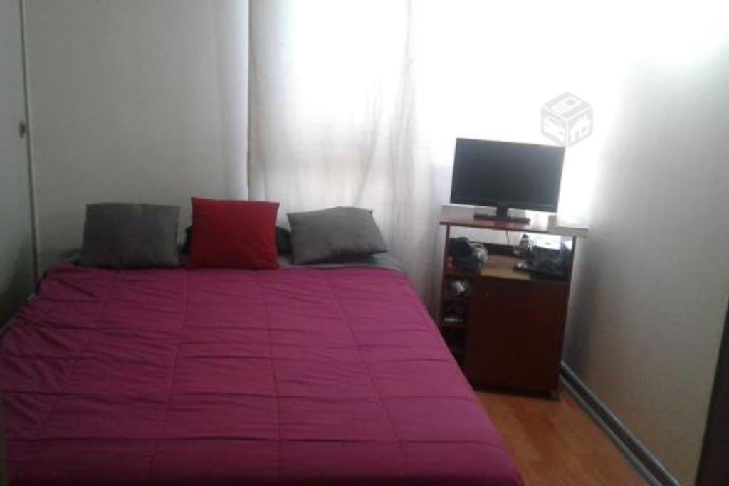 dormitorio con cama 2 plazas con tv sin cable y closet