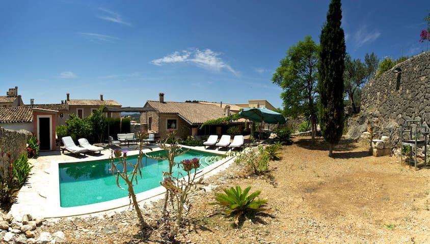 Magnifique chalet avec piscine maisons louer for Chalet a louer avec piscine