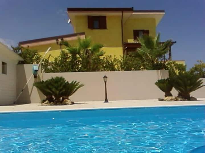 Appartamento privato in villa con piscina Trani