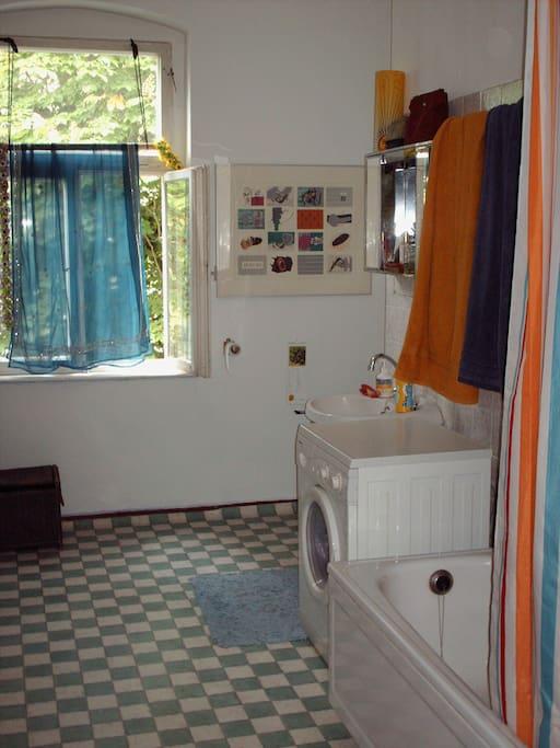 In unserem riesigen Badezimmer mit Wanne und Waschmaschine kann man Walzer tanzen!
