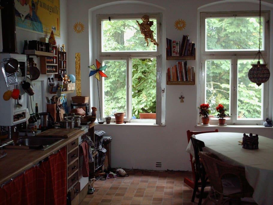 Unsere liebevoll selbstgestaltete Wohnküche ist mit allem ausgestattet. Geschirrspüler, zwei Kinderstühle..