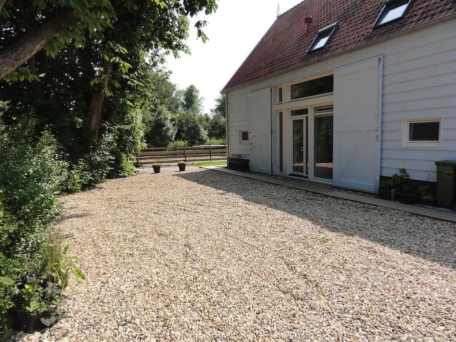 De ruimte voor het huis is voorzien van een grindbedekking, met daaronder wegendoek. Op die manier is een goede parkeergelegenheid ontstaan.
