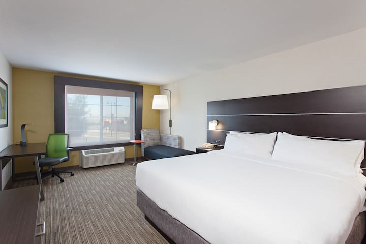 Modern Oakland Room Central Airport Location
