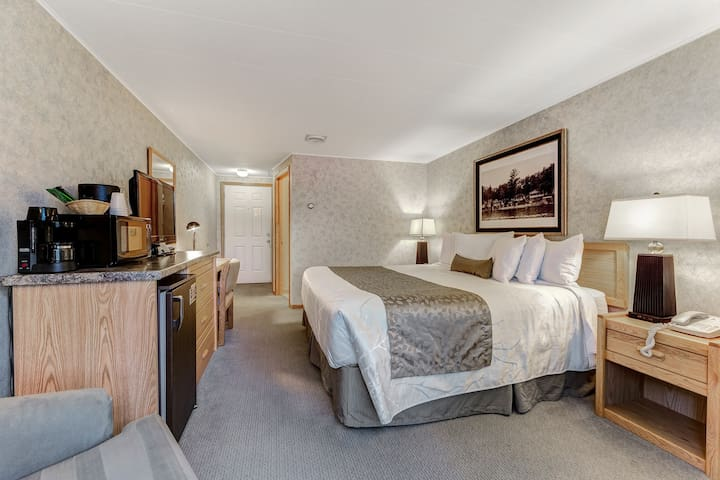 Lovely lakefront suite with resort amenities & shared dock - dogs OK!