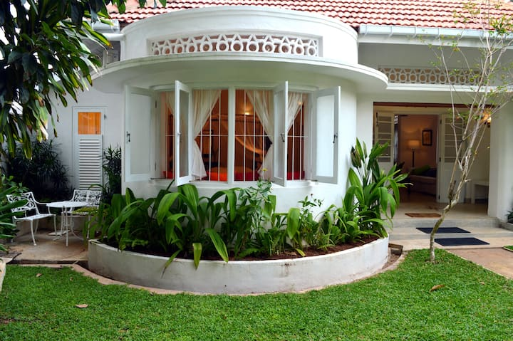 Luxury Bedroom with Pool close to Galle Fort.