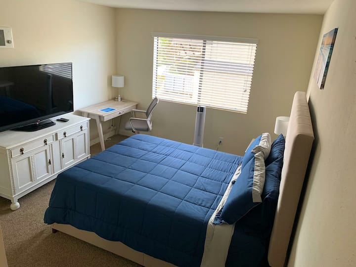 Private bed/bath (shared apt) Minutes to the beach