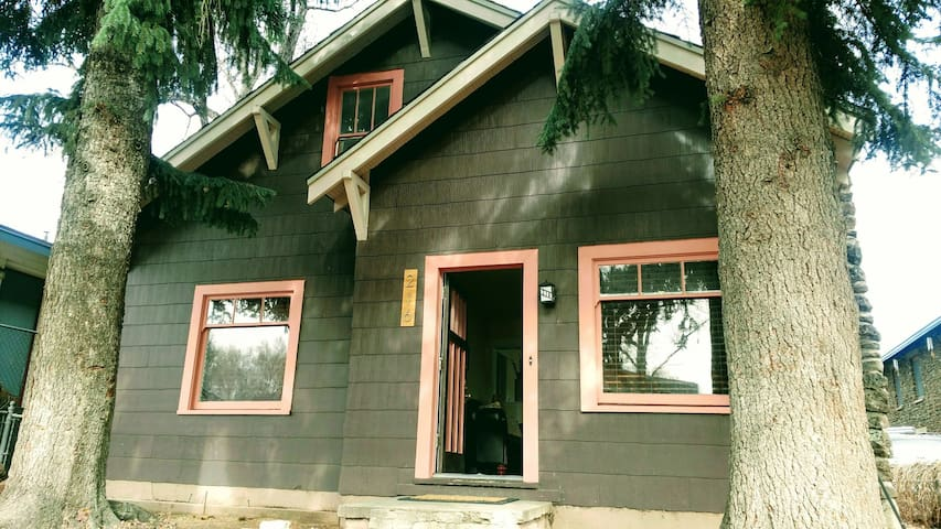 Historic Downtown Cottage - Flagstaff