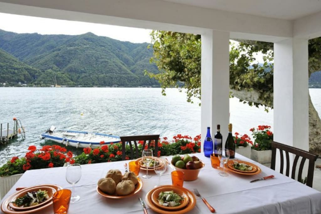 Al fresco dining with a view on the lake