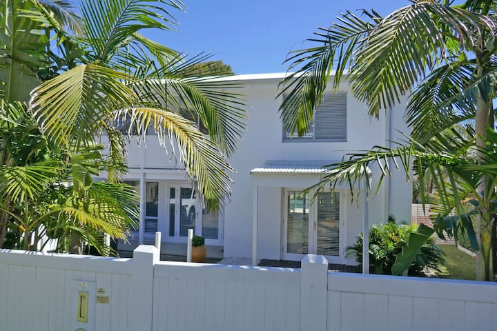 'The White House', 25 Tomaree Road - fantastic house with pool, linen  FOXTEL & WII-U