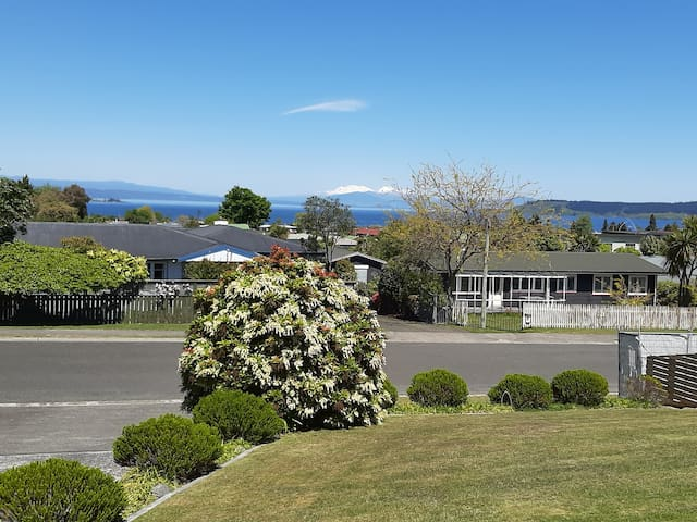 Lake & mountain views - 5min walk to lake or town