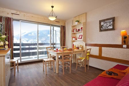 Clusaz centre, 4per, balcon sud, vue, prox Piscine - La Clusaz - Huoneisto