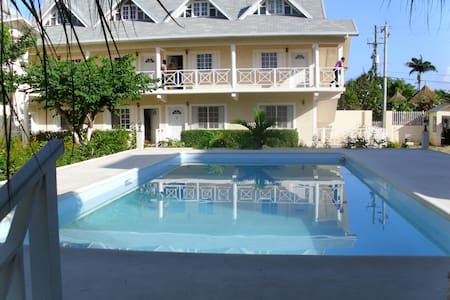 Apartment with pool close to beach - Apartemen