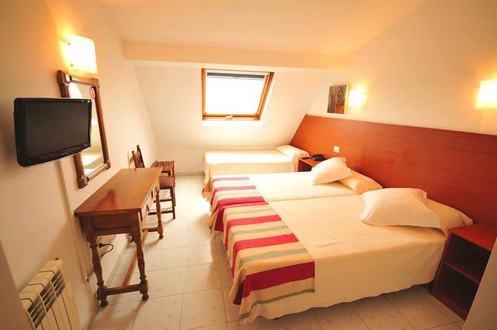 Habitación triple en hotel de dos estrellas