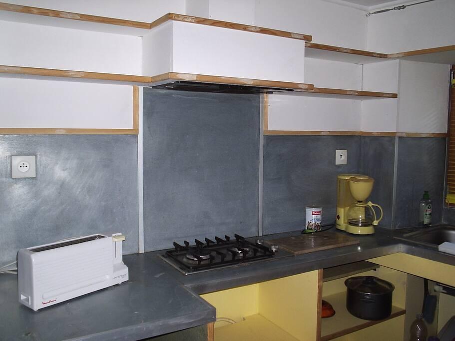 cuisine équipée :micro onde, grille pain, machine à café, 2 feux gaz ....