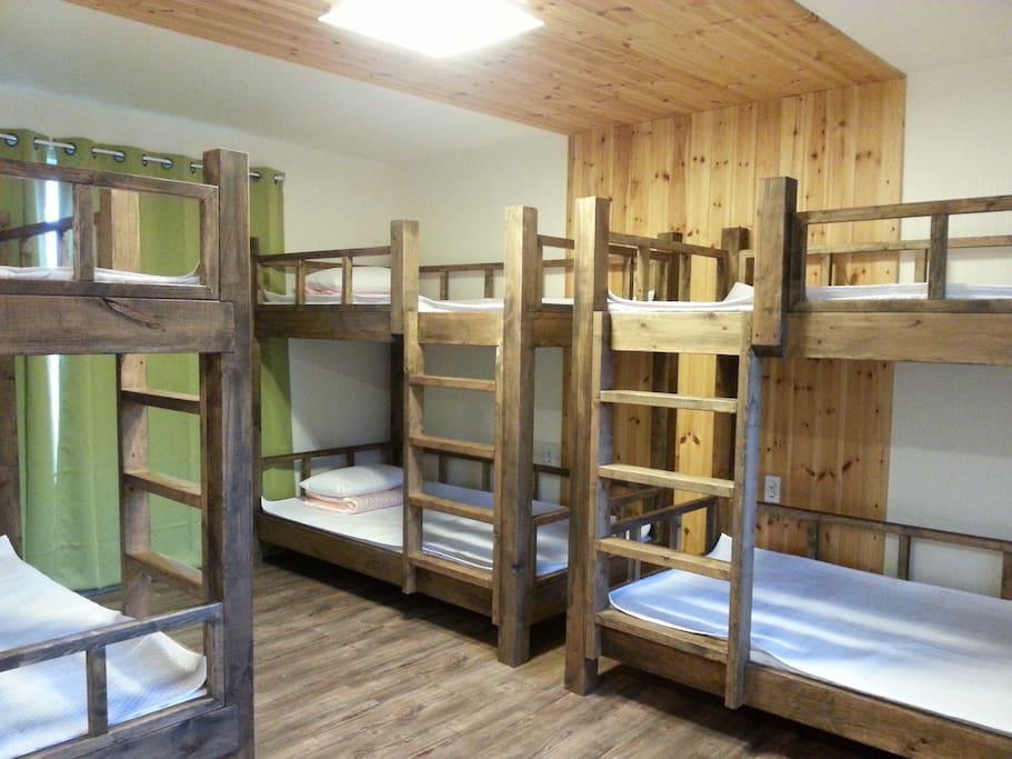 100x200cm Wide bed made of wood도미토리 원목침대로 슈퍼싱글 사이즈로 좀 더 안락한 잠자리가 될것입니다