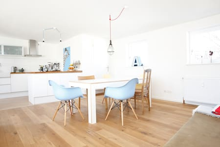 The apartment in the vivid neighborhood Ottensen is a 100m2 Maisonette located on the 2 top floors with a large rooftop terrace & is well equipped. It is ideal for 2-4 persons with 2 full bedrooms with double beds each. 2 bathrooms keep you flexible!