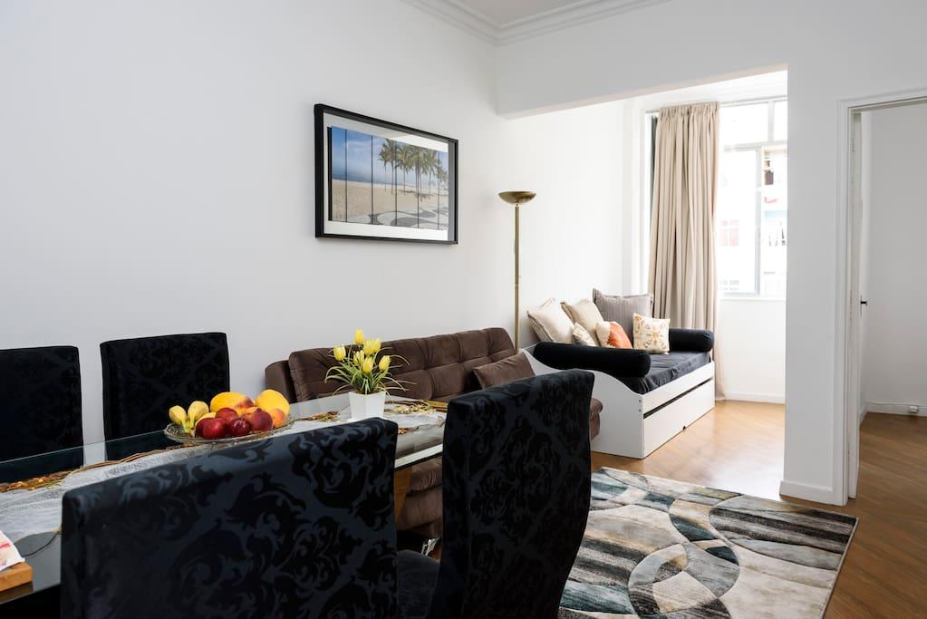 Sala de estar e saleta. View of both rooms: the dining room and the living room.