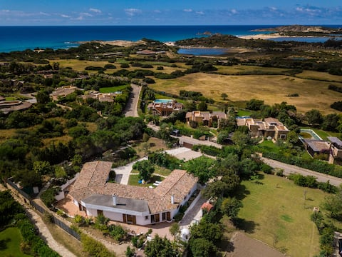Large villa: walking distance from Chia's beach