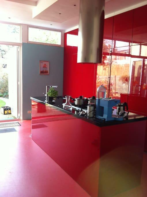 Kitchen: dishwasher, oven, microwafe, coffeemachine with pads or nespresso, milkwarmer